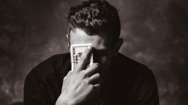 Plan spłat w upadłości konsumenckiej - mężczyzna ustala plan spłat